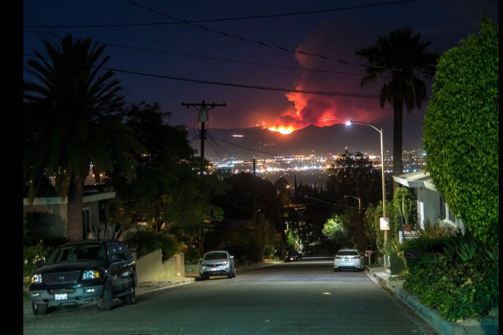 VATRENA STIHIJA U LOS ANĐELESU VAN KONTROLE: Požar se širi, evakuisano 300 domova!