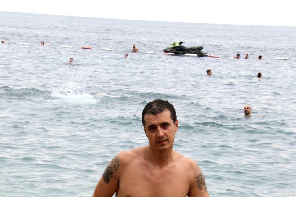 (FOTO) KAKVU ŽENU BULAT IMA: Kada se ona skine Marku svi zavide na plaži