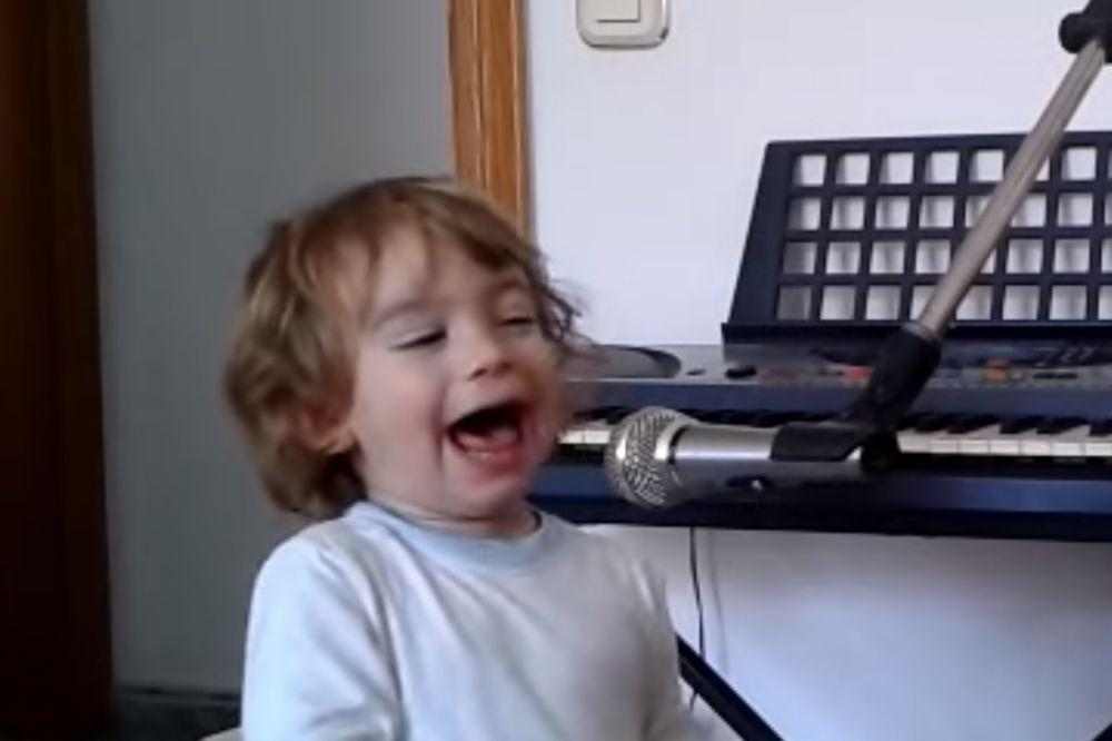 (VIDEO) MALI BLUZER! Oduševiće vas nastup ovog 2-godišnjeg mališana