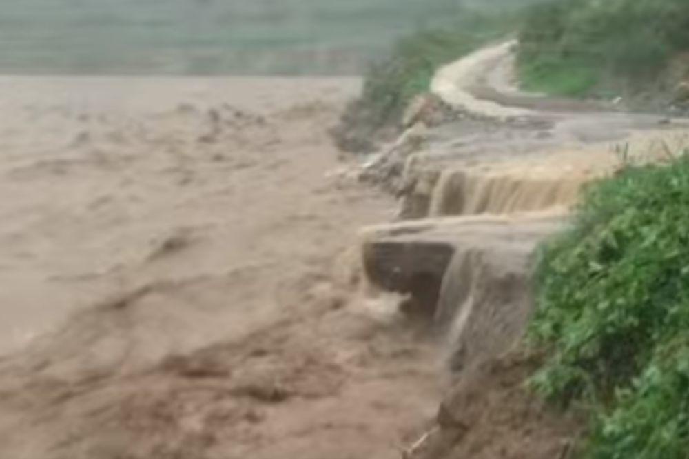 (VIDEO) STRAVIČNE POPLAVE U KINI: Poginulo najmanje 154 ljudi, a 124 se vode kao nestali