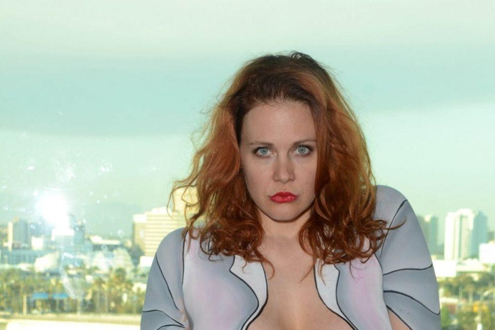 (FOTO 18+) OVO IMA SAMO U HOLIVUDU: Poznata glumica otišla na žurku potpuno gola