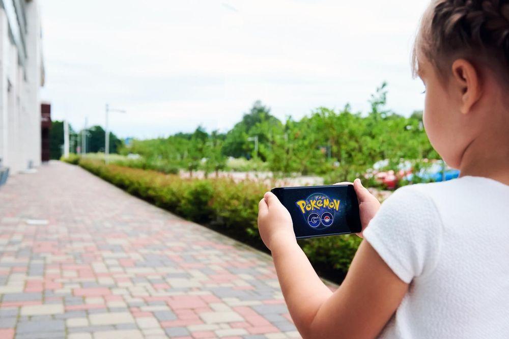 DEVOJČICA (13) IZ BORA U KOMI: Pala pod auto jureći Pokemone, sad se bori za život