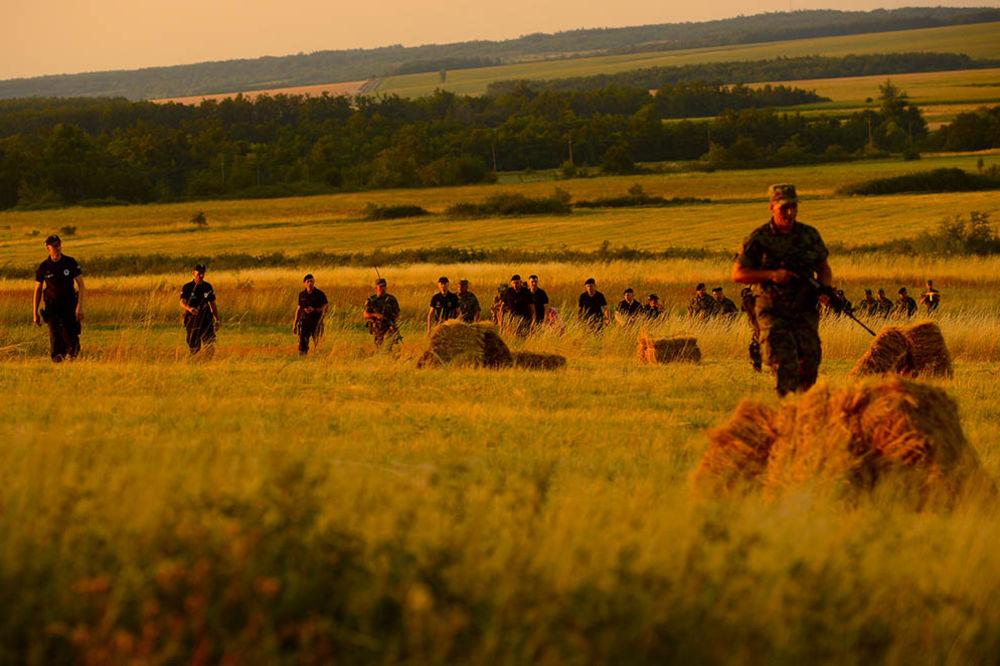 (FOTO) JEDAN DAN U PATROLI SA VOJSKOM I POLICIJOM: Ovako se čuva srpska granica od upada migranata