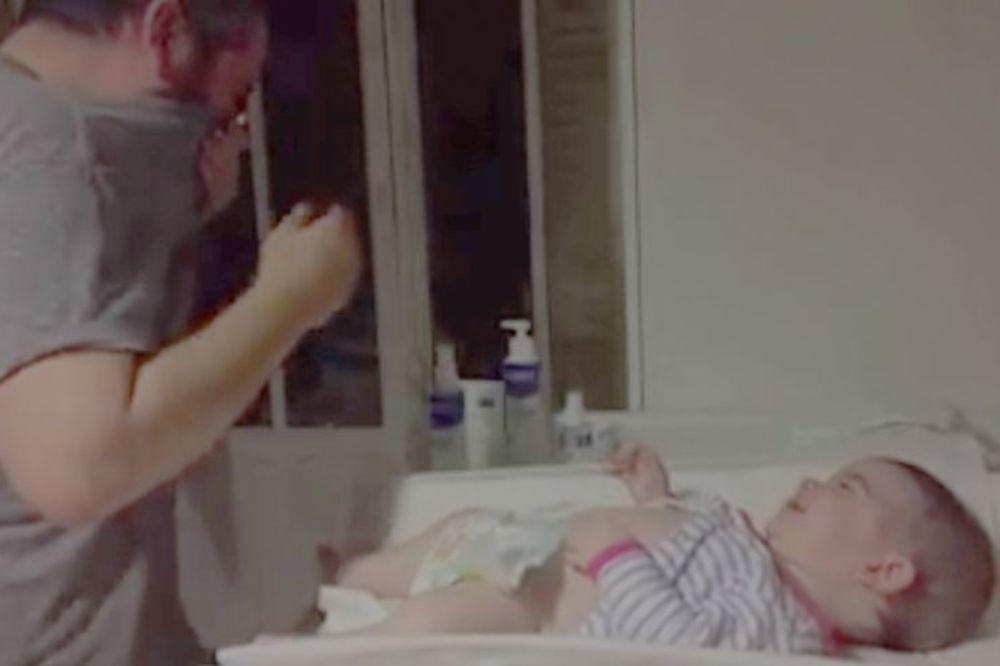 NE VERUJE ŠTA GA JE SNAŠLO: Ovo je nasmejalo bebu, a zgrozilo tatu