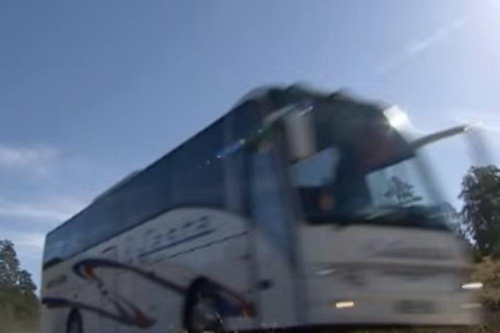 PUTNICI DOŽIVELI NOĆNU MORU NA PUTU ZA MORE: Iz Lastinog autobusa tokom vožnje poispadale stvari