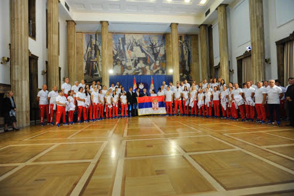 SPREMNI ZA PUT: Predsednik Srbije olimpijcima uručio zastavu koju će Ivana Maksimović nositi u Riju
