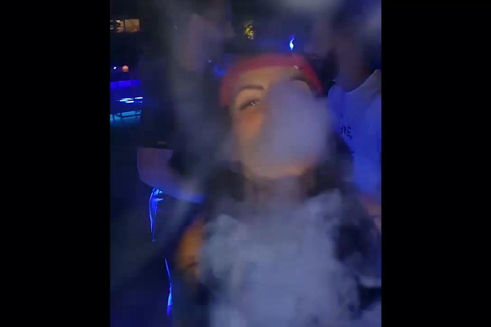 (VIDEO) SA KRUNIĆKOM USTA NA USTA: Đavolica iz oblaka dima...