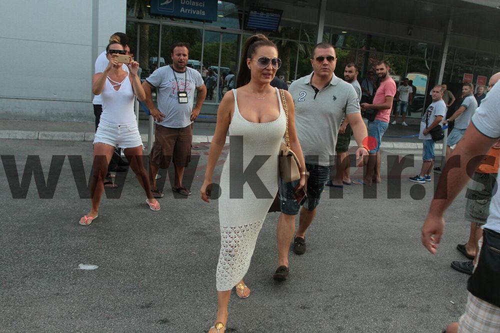 (FOTO) CECA PRAVI HAOS U BUDVI: Pevačica sletela na tivatski aerodrom, evo ko joj pravi društvo