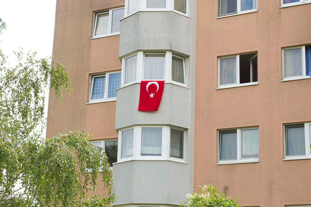 VINERNOŠTAT POD TURSKIM ZASTAVAMA: Gradonačelnik zahteva da se odmah poskidaju sa balkona i prozora!
