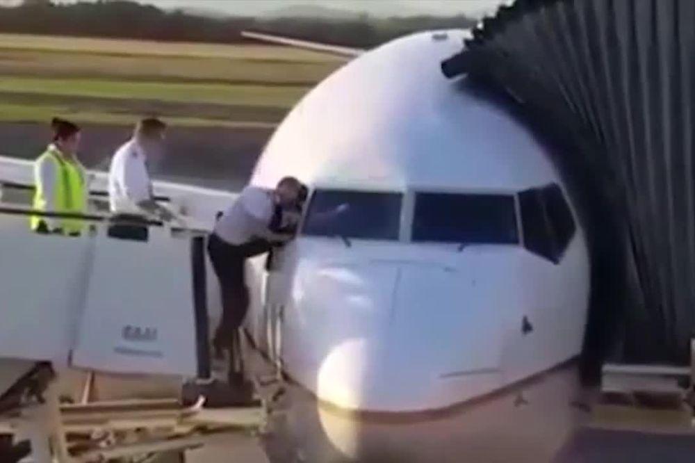 (VIDEO) NEKO JE ZABORAVIO KLJUČ OD AVIONA?! Pilot napravio selfi, a onda...