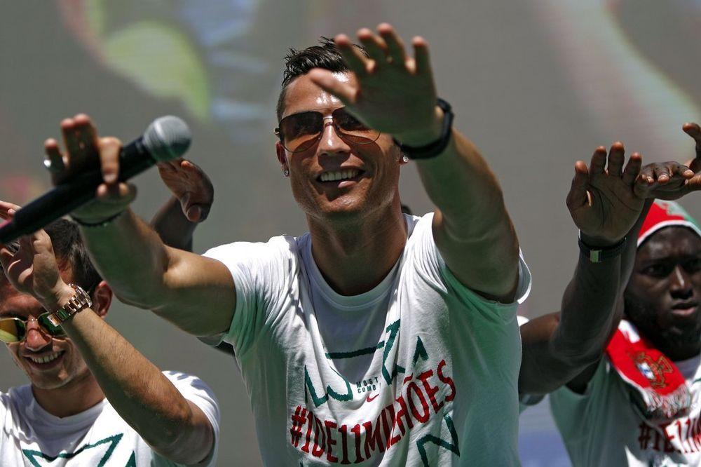 (VIDEO) PORTUGALAC PAO NA BRINETE: Kristijano Ronaldo proveo noć sa Kim Kardašijan i Dženifer Lopez