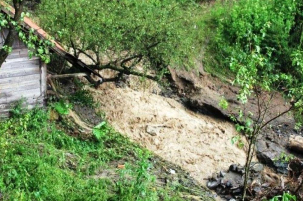 (FOTO) JAKO NEVREME U BIH: Delovi Tuzle poplavljeni, proradila klizišta, saobraćaj u prekidu!