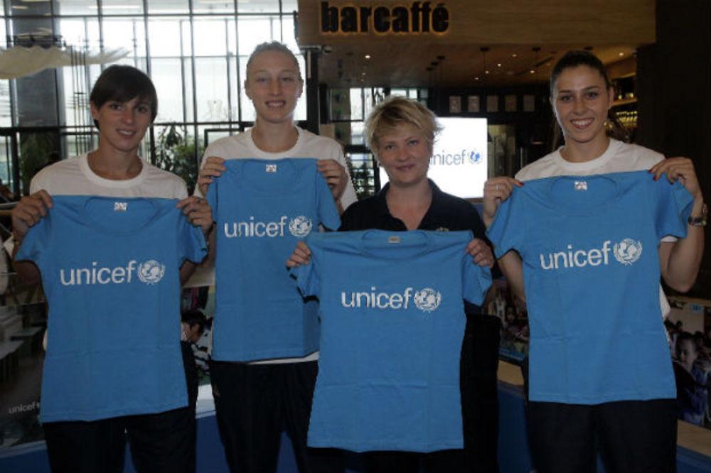 DA SVA DECA ODRASTAJU SREĆNO: Šampionke Evrope posetile štand UNICEF-a