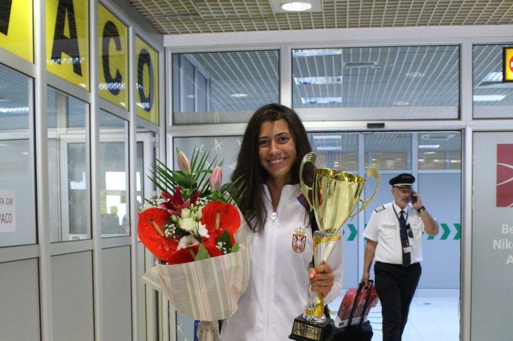 (FOTO) EVROPSKA PRVAKINJA STIGLA U BEOGRAD: Zlatna Olga Danilović donela šampionski pehar kući