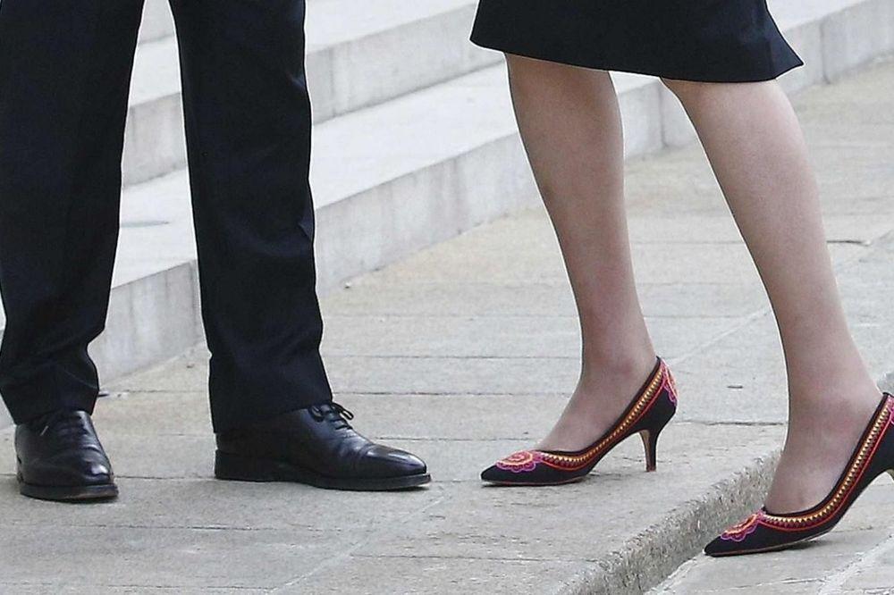 (FOTO) TEREZA, KO TI ŠTRIKAO CIPELE?: Britanska premijerka i njena obuća koja šokira