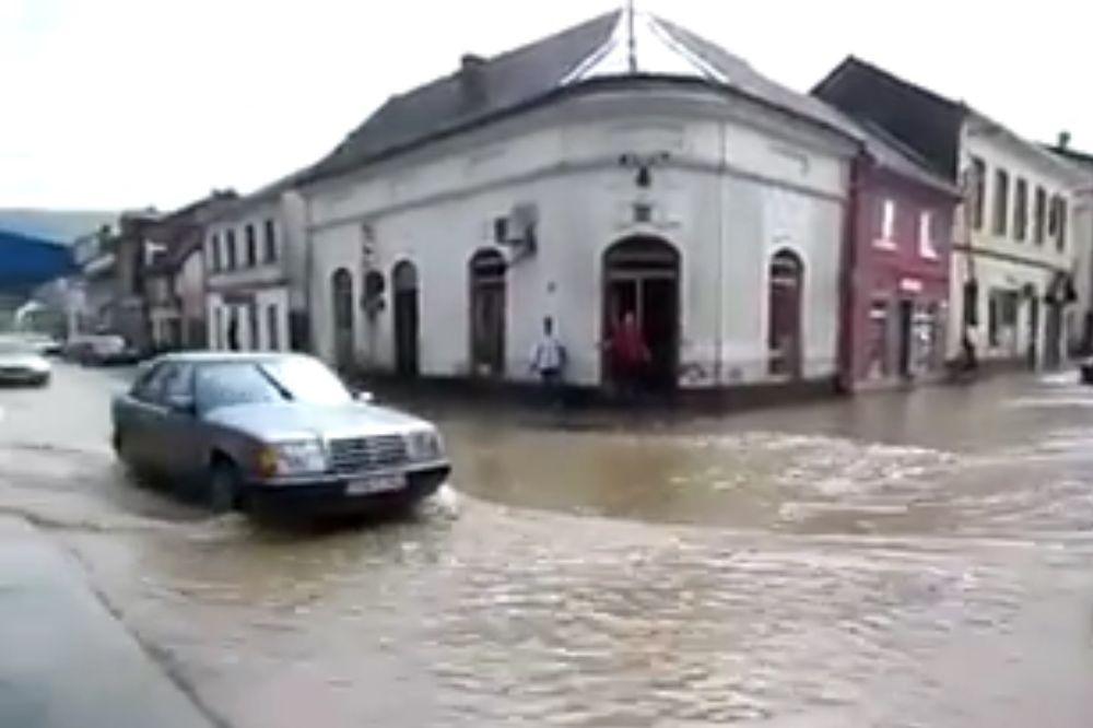 (VIDEO) PROGLAŠENA VANREDNA SITUACIJA U BIH: Pojedina sela odsečena, kućama prete klizišta