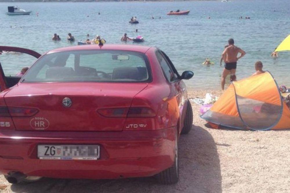 (FOTO) KUPAČI U ŠOKU: Bahati Zagrepčanin parkirao auto na plaži u Vodicama i otišao da se kupa!