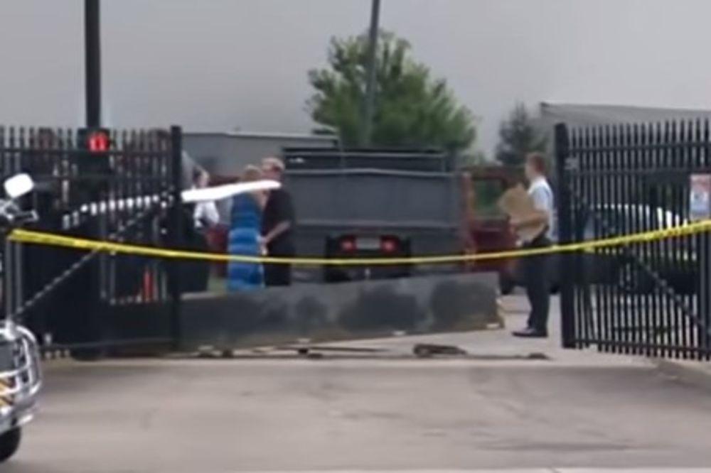 (VIDEO) NAPADNUT FBI: Vozač se kamionom zakucao u zaštitnu ogradu kancelarije u Pitsburgu