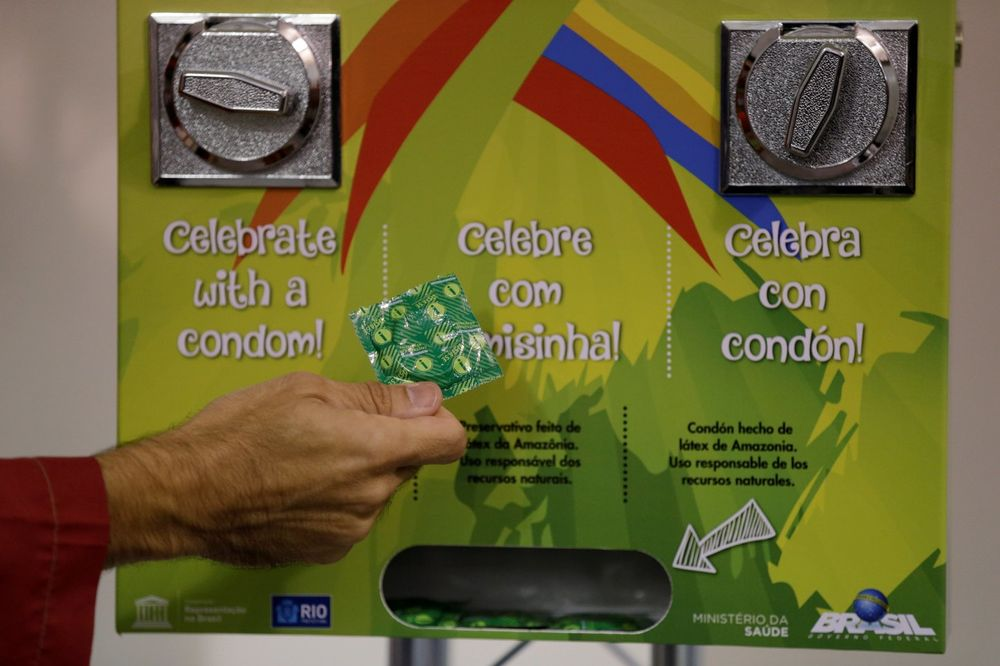 ON JE NAJTRAŽENIJI ČOVEK U RIJU: Upoznajte osobu koja nosi kondome za sportiste po Olimpijskom selu