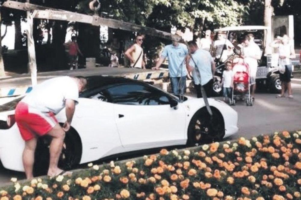BESNI VOZAČI BIJU RADNIKE PAUKA U BUDVI: Nepropisno se parkiraju a onada grizu, grebu...!
