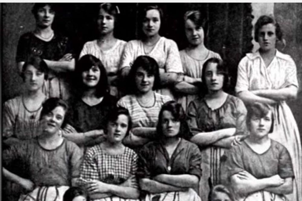 (VIDEO) Na fotografiji staroj 100 godina, pronašli su uznemirujući detalj. Pogledajte žene u 2. redu