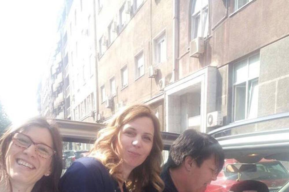 (FOTO) KAD SE BEBI ŽURI NAPOLJE: Doktorke porodile ženu u kolima ispred Narodnog fronta!