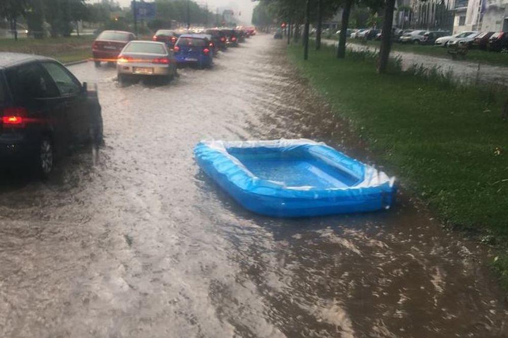 (FOTO) SARAJEVSKI HUMOR JAČI OD OLUJE: Rafting kroz Alipašino Polje!