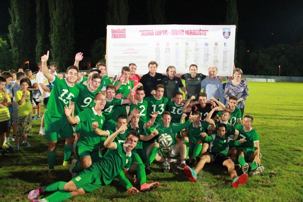 (FOTO) SRPSKA NA NOGAMA: Omladinci Partizana i Crvene zvezde u borbi za trofej u Foči!