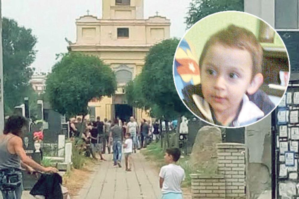 OBESIO SE PERTLOM: Sahranjen mali Mihajlo (6)