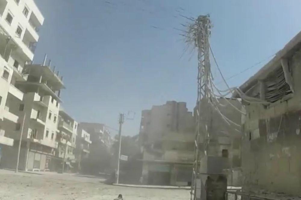 JEDAN OBIČAN DAN U ALEPU: Bomba pogodila zgradu, delovi betona leteli, ali onda su stigla 2 heroja