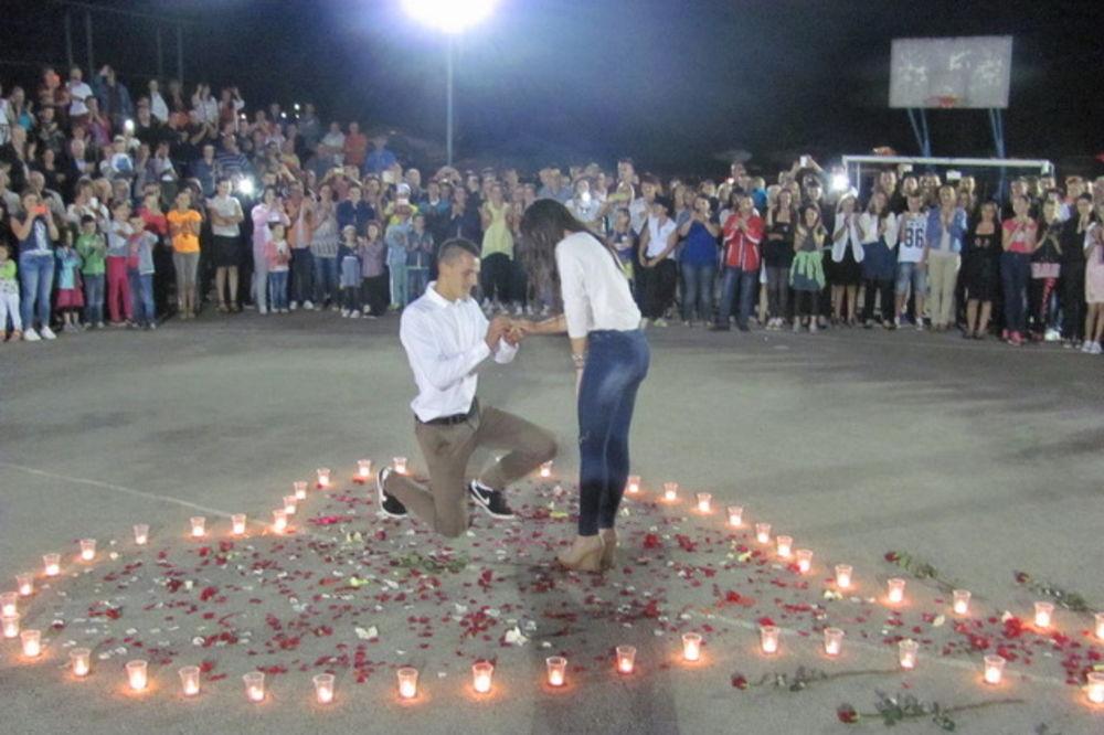 ROMANTIKA JOŠ NIJE UMRLA: Ova fotografija je danas raznežila celu BiH jer je simbol prave ljubavi!