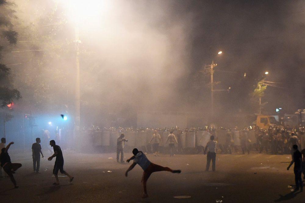 POTPUNI HAOS U JERMENIJI: Zauzeta policijska stanica, policajci šok bombama na demonstrante