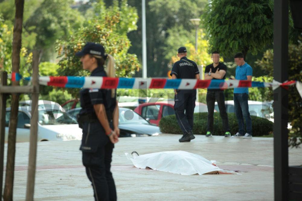 (UZNEMIRUJUĆE FOTOGRAFIJE) HOROR U BELVILU Upucan ispred svog kafića, izrešetao ga napadač na motoru