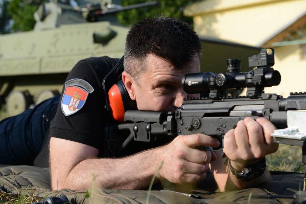 POLIGON NIKINCI: Ovako je srpski ministar odbrane lično gađao iz modifikovane automatske puške