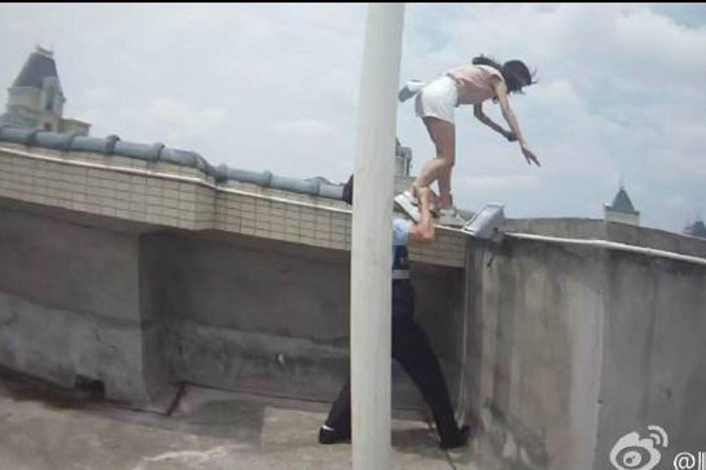 (FOTO) SPAS U POSLEDNJI ČAS: Devojka htela da se baci sa 32. sprata, ali onda se pojavio policajac