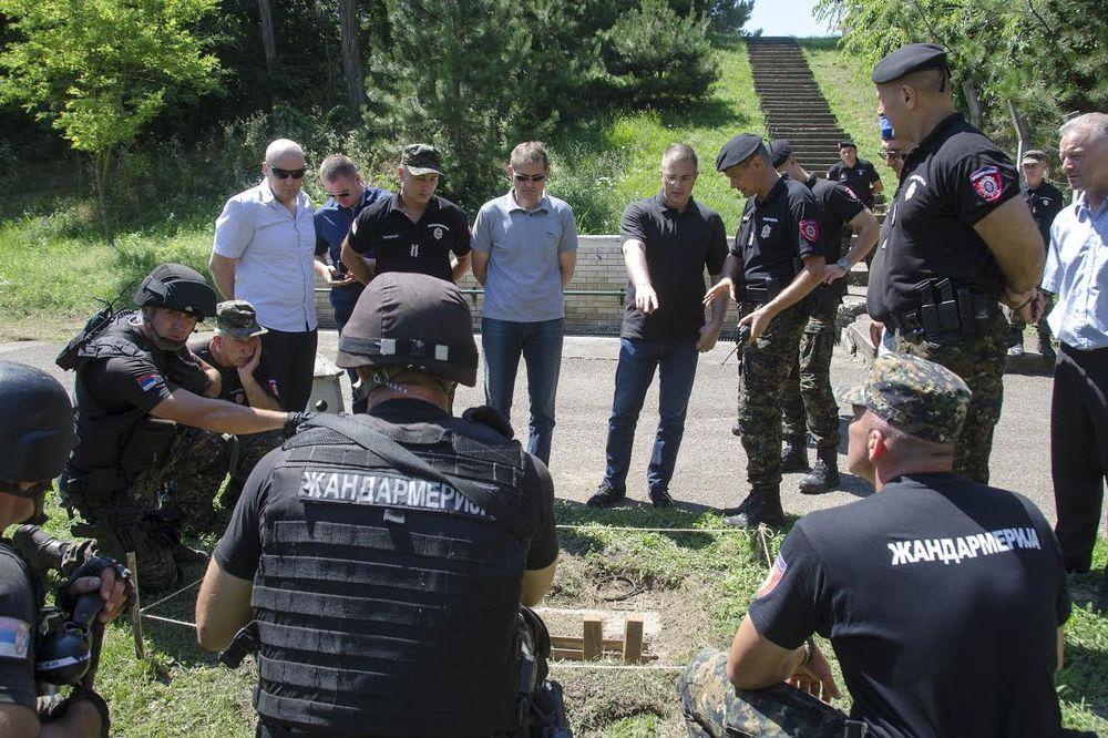 (FOTO) STEFANOVIĆ NA OBUCI ŽANDARMA: Građani Srbije mirno spavajte, od terorista vas čuva policija