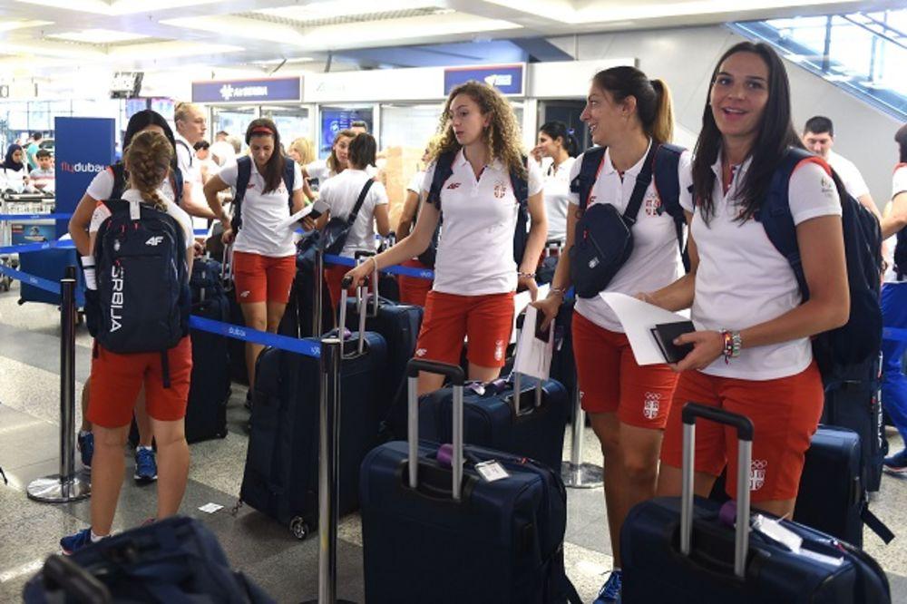 (FOTO) NIKADA IM NIJE DOSADNO: Evo kako se naše košarkašice zabavljaju u avionu na putu za Rio