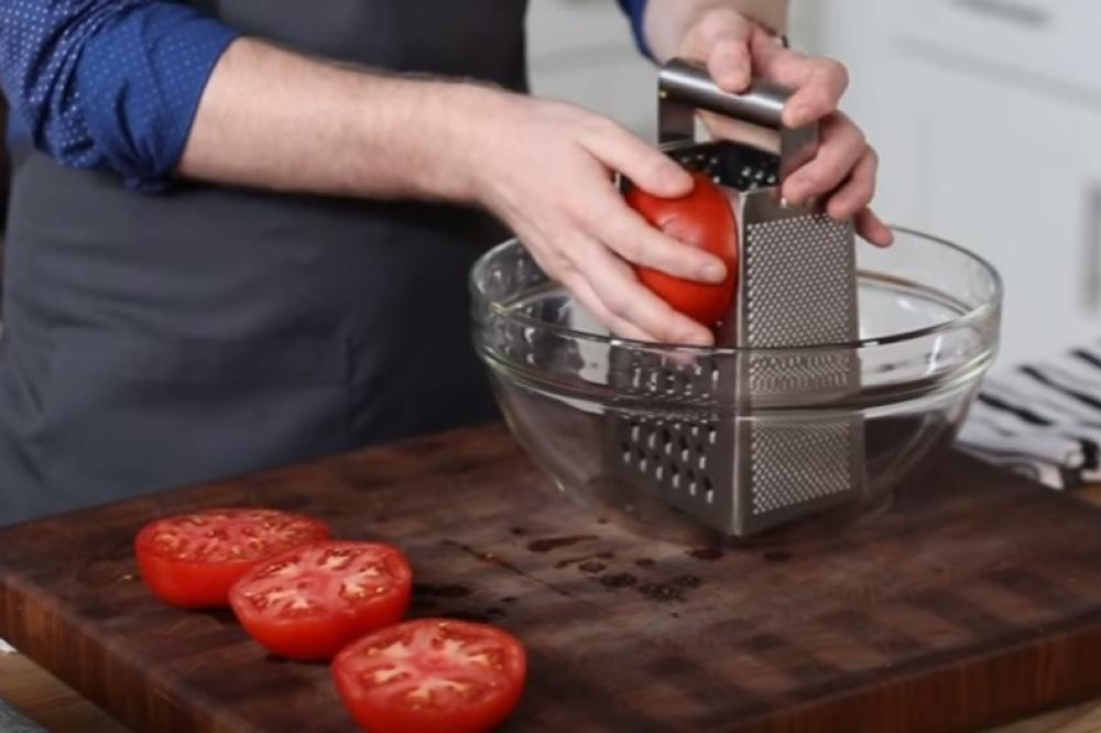 (VIDEO) Izrendao je dva paradajza i dodao 3 začina: Fantastičan trik čuva zdravlje i štedi novac!