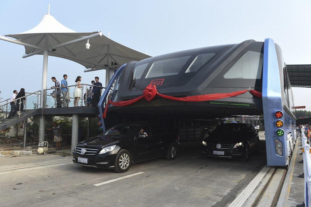 (VIDEO) REVOLUCIONARNO VOZILO KOJE POBEĐUJE GUŽVU: Kina testirala autobus budućnosti