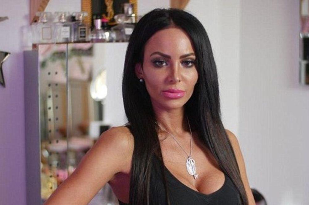 MAJKA JU JE IZBACILA IZ KUĆE SA 17 GODINA: Potrošila 60.000 evra da ne liči na nju!