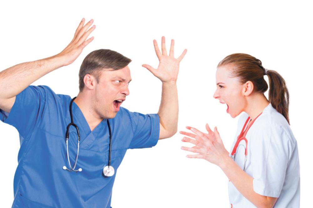 SKANDAL U ALEKSINCU: Doktori se umalo pobili, policija ih rastavljala!