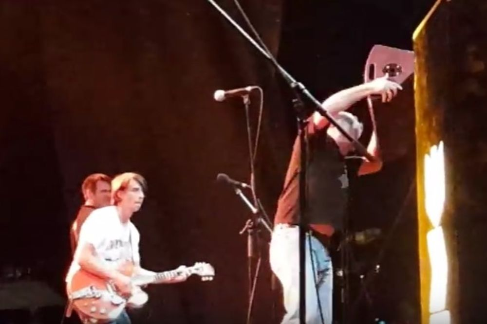 (VIDEO) CANE PARTIBREJKER ODLEPIO: Pogledajte kako je na bini razbio zvučnik