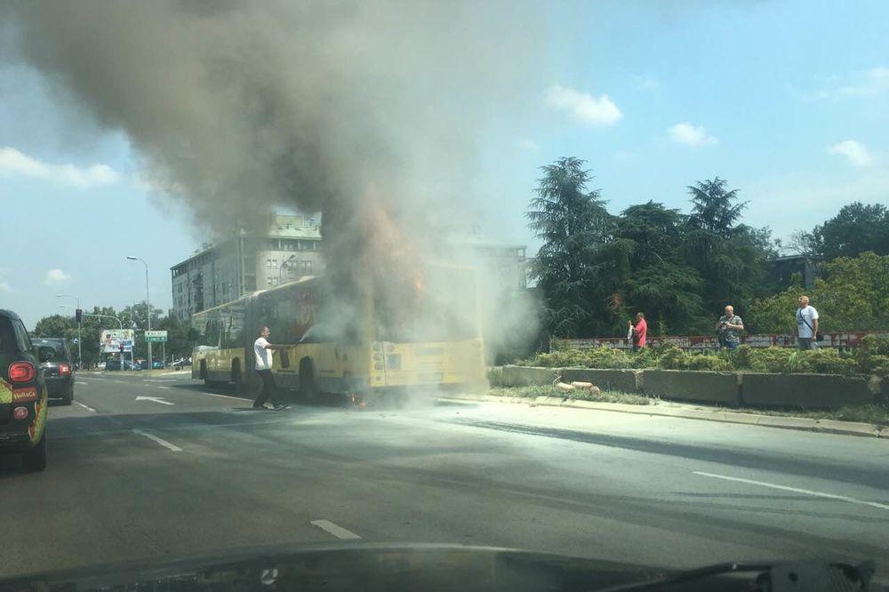 (KURIR TV) INCIDENT U NOVOM BEOGRADU: Zapalio se autobus GSP, dim kulja na sve strane!