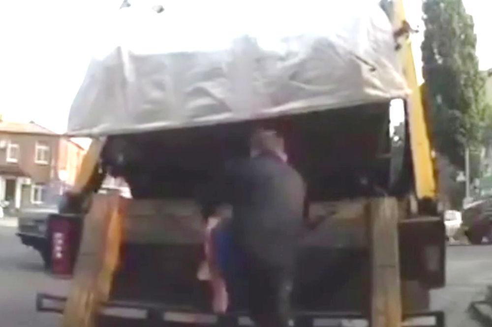 (VIDEO) DEČKO KOM JE SVEGA PREKO GLAVE: Išli su ruku pod ruku, ali...