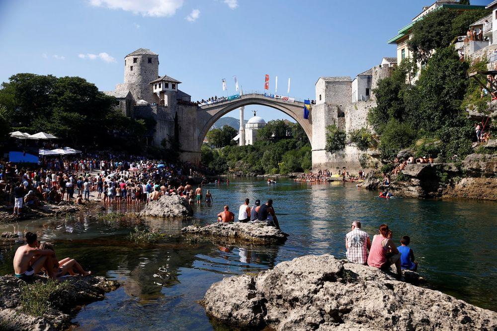 TRAGIČAN KRAJ: Pronađeno telo mladića koji je skočio s mosta u Mostaru i nije izronio