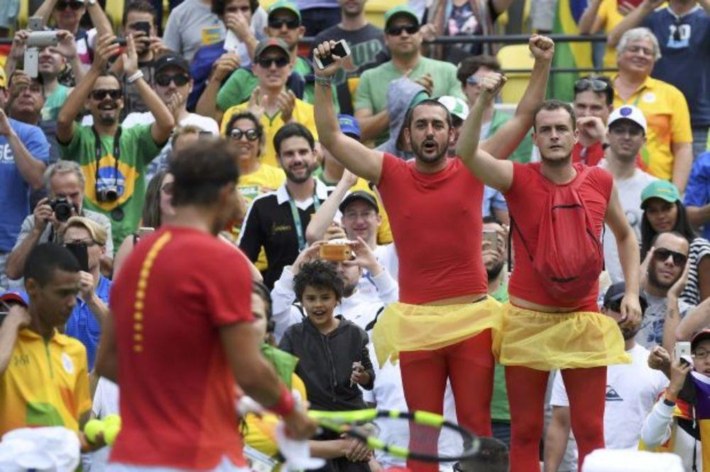 (FOTO) Nadal se namučio za četvrtfinale OI, ali su njegovi navijači postali zvezde dana
