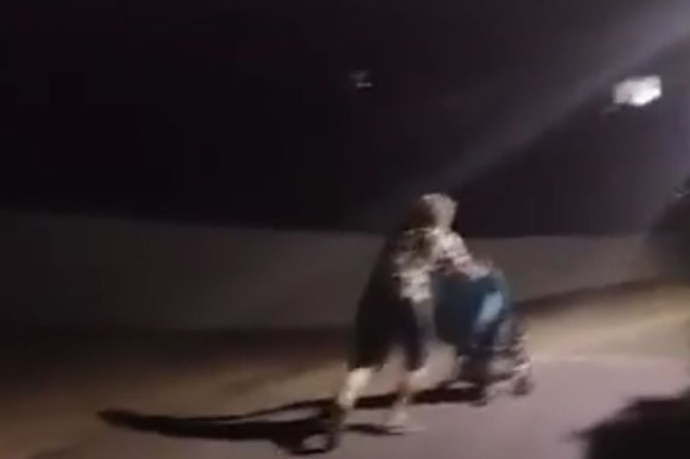 (VIDEO) SAMO U HERCEG NOVOM: Mrtav pijan gurao kolica sa detetom