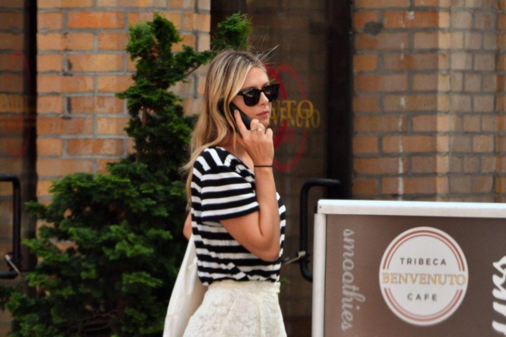 (FOTO) SEKSI MAŠA NAPRAVILA BUM NA MENHETNU: Šarapova prošetala Njujorkom u čipkastom šortsu