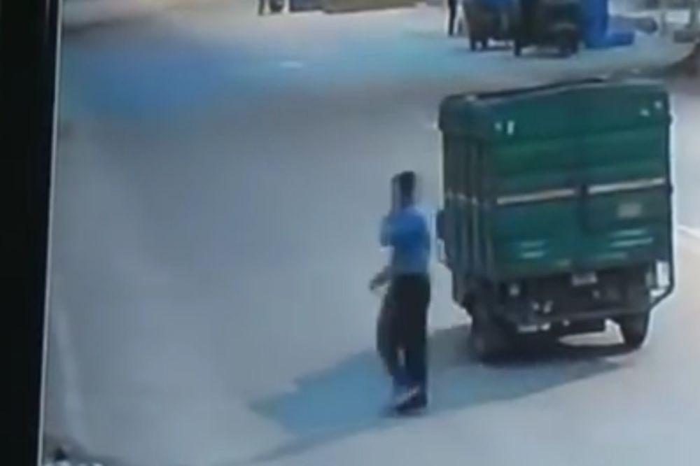 (UZNEMIRUJUĆE) OSTAVILI SU GA DA UMRE: Čoveka udario kamion, niko se nije ni osvrnuo da mu pomogne
