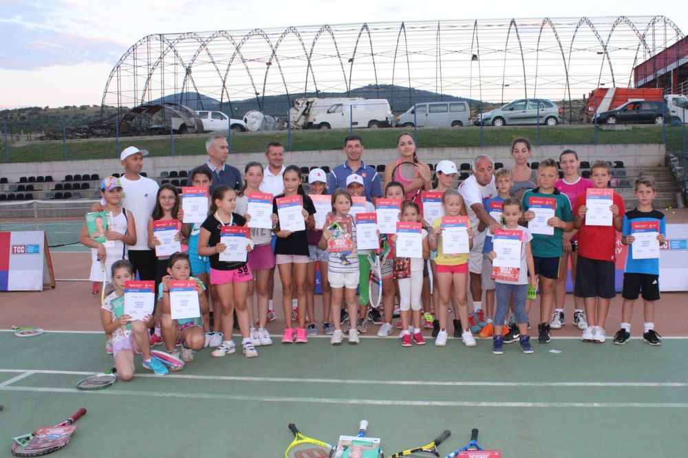 UČENJE PRVIH KORAKA BELOG SPORTA: Otvorena škola tenisa posetila Gračanicu